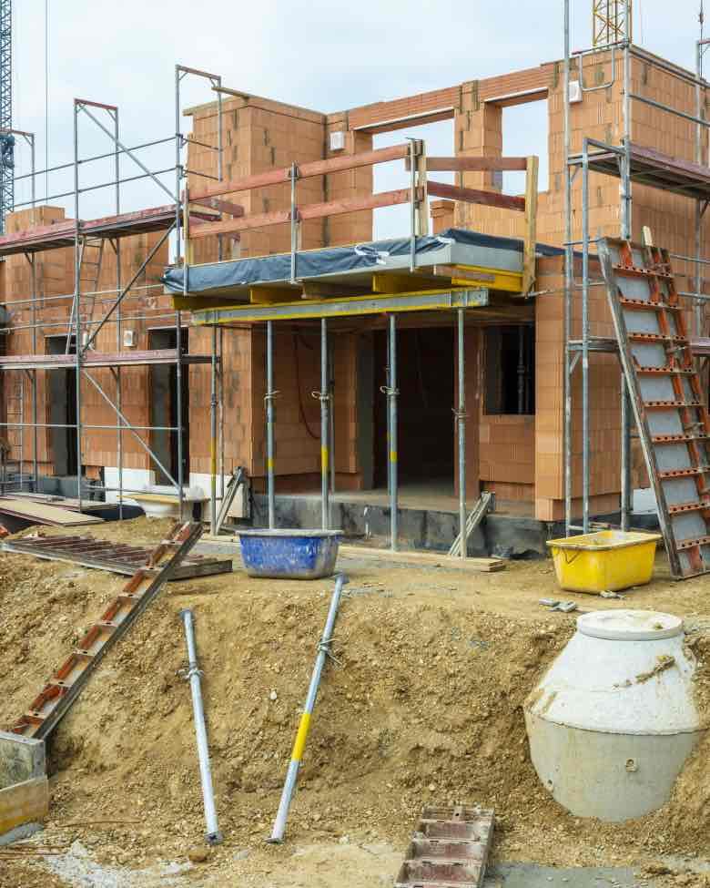 Při stavbě domu se nemusíte vůbec o nic starat. Stačí nám říct své požadavky, a my zvládneme vše včetně elektroinstalace nebo instalatérskými pracemi.