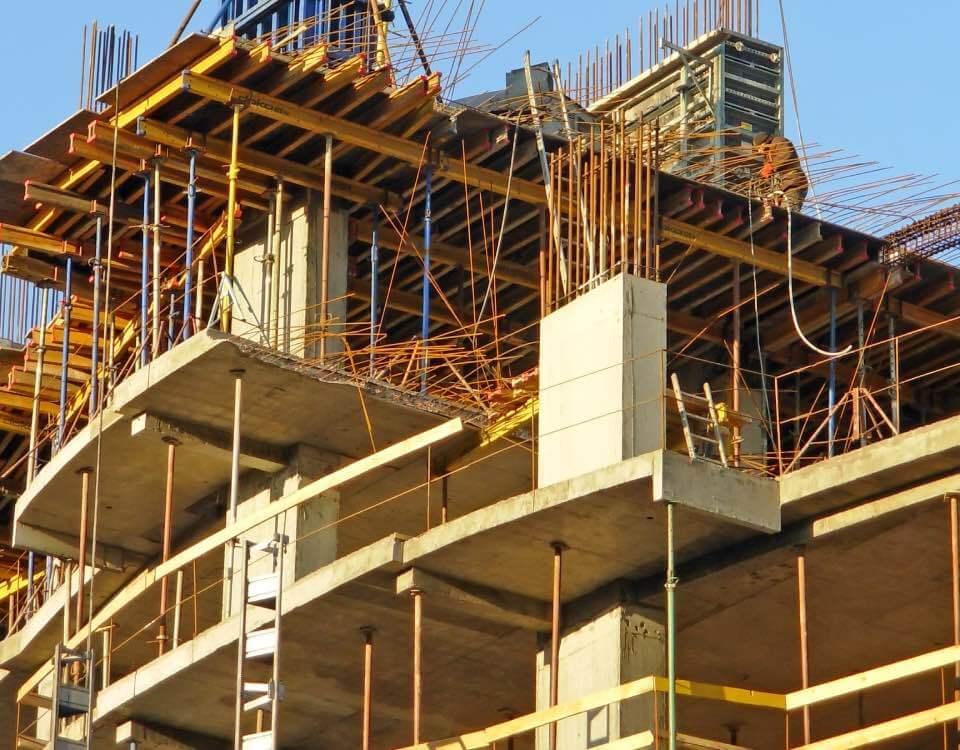 Výhodou monolitických konstrukcí u staveb je jejich dlouhá životnost a časová i cenová úspora.